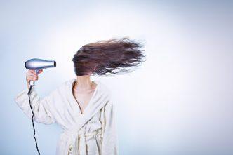 PELUQUERÍA En PELUQUERIAS LOW COST estamos al día de todas las novedades en peinados, tintes, cortes, tratamientos capilares, etc. Un servicio profesional y a la última con resultados deslumbrantes y al mejor precio. TINTE 5 € Conocemos la importancia de retocar tu look con frecuencia. Pensamos en ello y ahora puedes hacerlo desde 5€. Además, ofrecemos los siguientes tratamientos y tarifas. 8€Cabello Largo 2€Cejas TINTE SIN AMONÍACO 10 € 18€ Mechas 23€ Mechas Cabello Largo 25€ Mechas Sin Amoniaco 30€ Mechas Bicolor 35€ Mechas Bicolor (Sin Amoníaco) CORTE O PEINADO 6 € 8€ Peinado Cabello Largo 3€ Corte Flequillo 6€ Niñ@ / Caballero 6€ Servicio de Barbería TRATAMIENTO KERATINA 10 € INCLUYE PEINADO La keratina es la proteína responsable de que tu cabello luzca nutrido e hidratado. Ello se refleja en el brillo y tacto sedoso del pelo. Ofrecemos tratamientos para reponer la keratina que se pierde en las coloraciones y decoloraciones, eliminar el volumen no deseado y suavizar el rizo con un resultado natural por solo 10€. Ahora, devolver a tu melena un aspecto cuidado, sano y atractivo cuesta muy poco. 13€Cabello Largo  TRATAMIENTO NIO PROTECT 15 € INCLUYE PEINADO 18€Cabello Largo BÓTOX CAPILAR 25 € INCLUYE PEINADO Tu pelo puede lucir más joven. Este tratamiento aumenta el volumen, regenera la fibra capilar y protege el cabello de hábitos de trabajo, el agua del mar y piscinas, el deporte, etc. Gracias a su fórmula que combina aceite de ámbar, keratina y ácido hialurónico. 3 € Un servicio exclusivo de nuestra cadena, ¿tienes poco tiempo para ponerte el color? Tú color de siempre en la mitad de tiempo con la mejor calidad en el tratamiento. Por solo 3€ más a tu servicio de coloración habitual. RECOGIDOS 20 € 15€ Semi-Recogidos 10€ Sumplemento de Mantilla APLICACIÓN 5€ Ampolla Re-Vital Color 5€ Cación Ampolla Anticaida 2€ Serum (hidratación / acondicionador S.AC) 3€ Sumplemento Plancha / Cono / Tenacilla 3€ Suplemento Anillas 25€ Eliminador de Pigmentos ALISADO JAPONÉS 99 €
